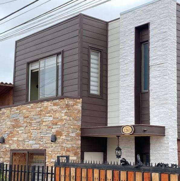 Moderna casa mediterranea con mezclas de fachaletaa