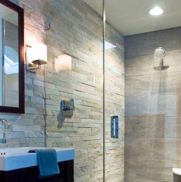Muro de baño revestido con piedra paneles