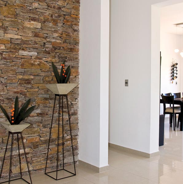 Moderno muro interior, revestido con piedras rusticas