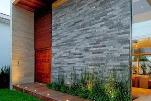 Muro exterior revestido con fachaletas de piedra cuarzo cloud