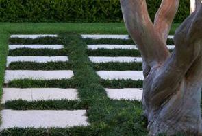 Cuadro de jardines y pasto con pastelones de piedra