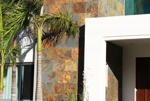 Muro con cubierta y enchapado con piedra pizarra natural