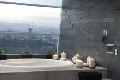 Baño ducha con enchape de pizarra negra