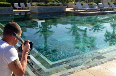 piscina con cubierta y enchape de cuarzo zeera