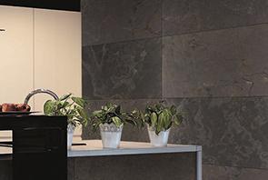 Revestimiento de lamina delgadas stoneflex negro instaladas en una cocina