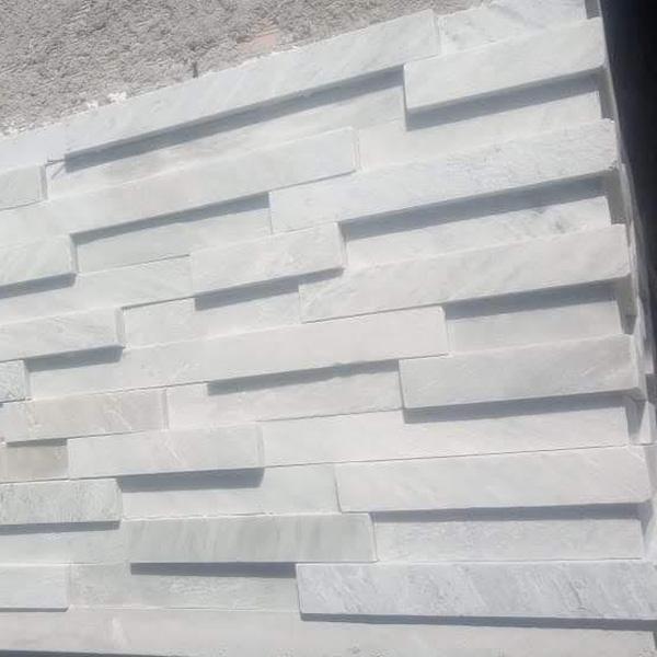 Lingotes cuarzo blanco en muro con terminacion de esquina en 45 grados