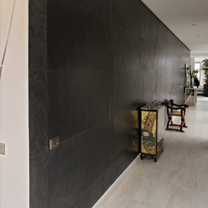 Muro interior con laminas de piedra negra