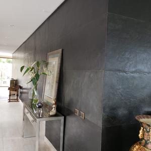 Diseño con laminas de piedra negra stoneflex