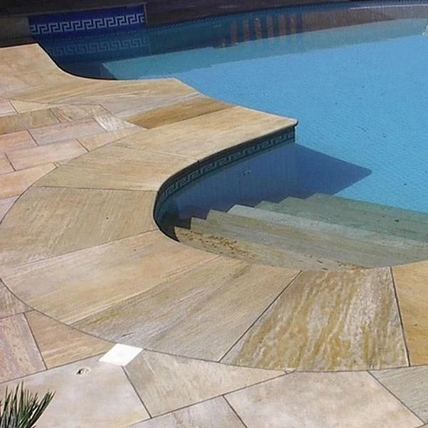 Lajas en borde de piscina