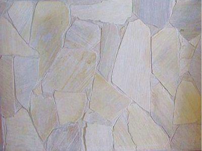 muro interior con piedra de cuarzo blanco