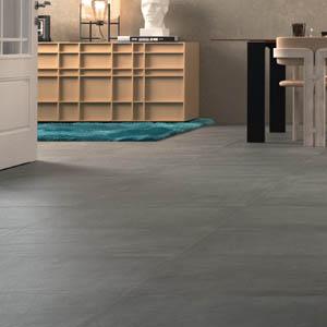 Hermoso piso interior revestido con baldosas de piedra pizarra