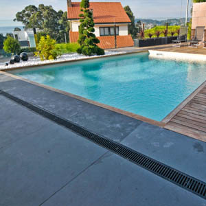 Baldosas de piedra pizarra revestidas en una piscina