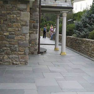 Piso exterior revestido en piedra natural