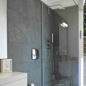 Muro de baño revestido con piedra natural pizarra gris verde