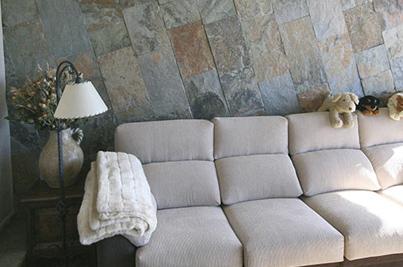 Muro interior enchapado con tonos rusticos