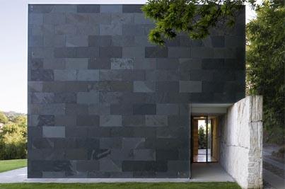 Muro revestida con enchape de ardosia negra