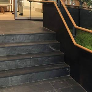 escalera enchapada con piedra grafito