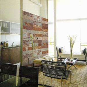 Muro interior con piedra pizarra oxidada