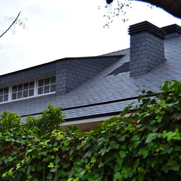 tejas de piedra pizarra adorna los techos de una hermosa casa