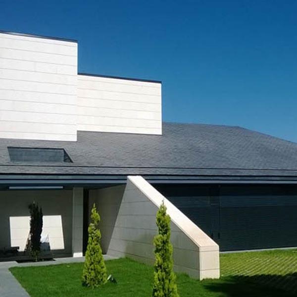 casa moderna revestida en sus tevchos con piedra natural