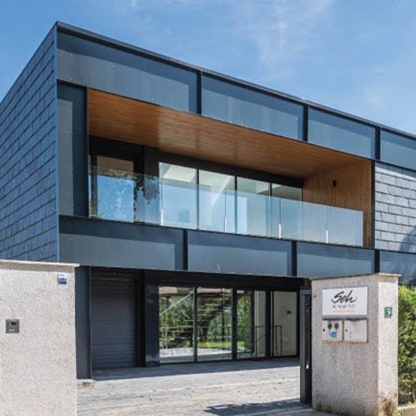 Moderna fachada revestida con tejas de piedra pizarra