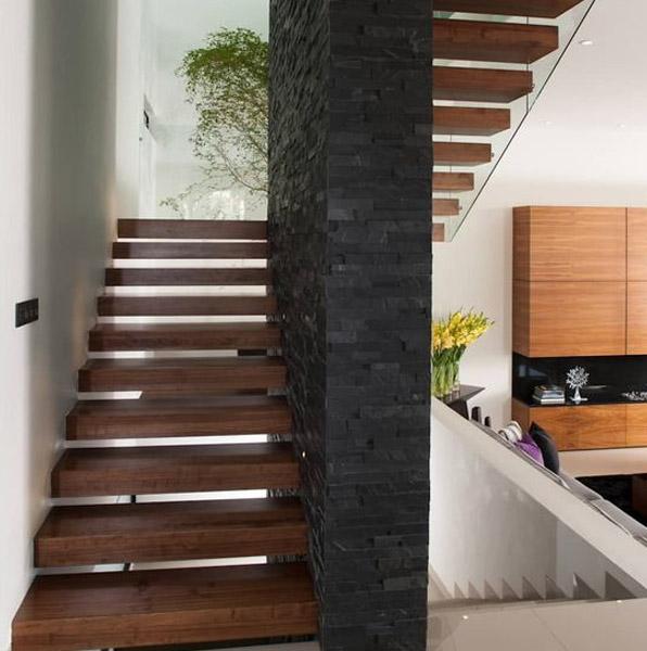 escalera revestida y enchapada con paneles de piedra