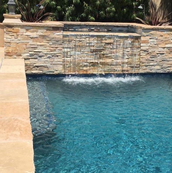 Cascada de piscina con piedra natural