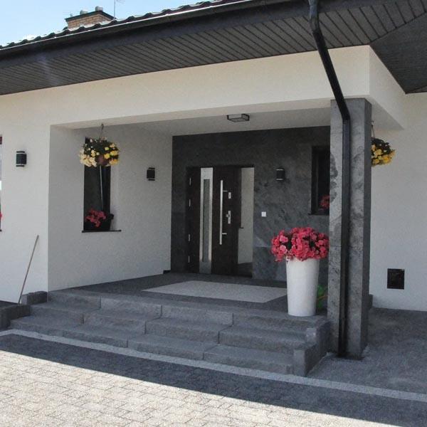 Enchape con laminas de piedra en entrada de una casa