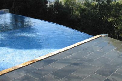 piso exterior de piscina revestida con pizarra negra