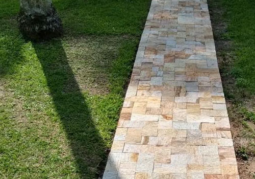 Hermoso camino revestido con piedra gneis Miracema