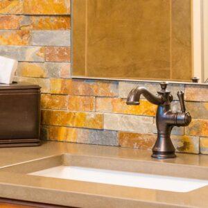 Baño con fachaletas de piedra oxidada