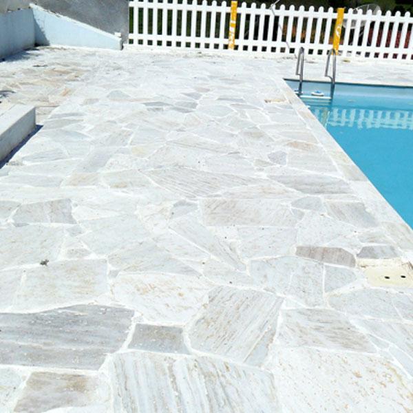 piscina revestida con piedra laja en pisos