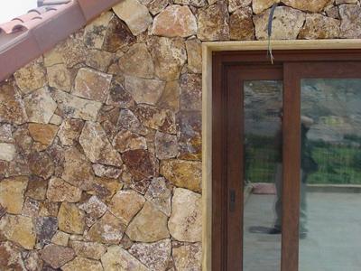 muro exterior revestido con piedra laja rustica