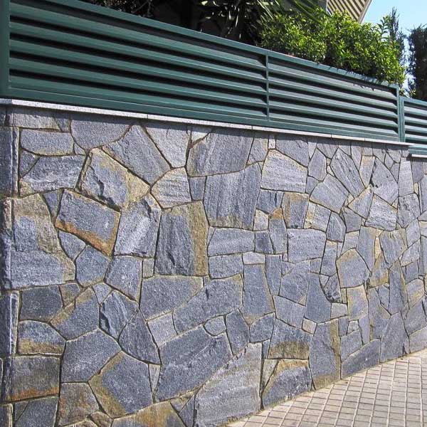 Elegante pared exterior revestida con laja natural