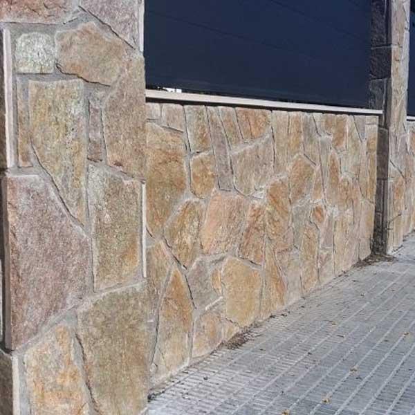 muro exterior de piedra laja brillante