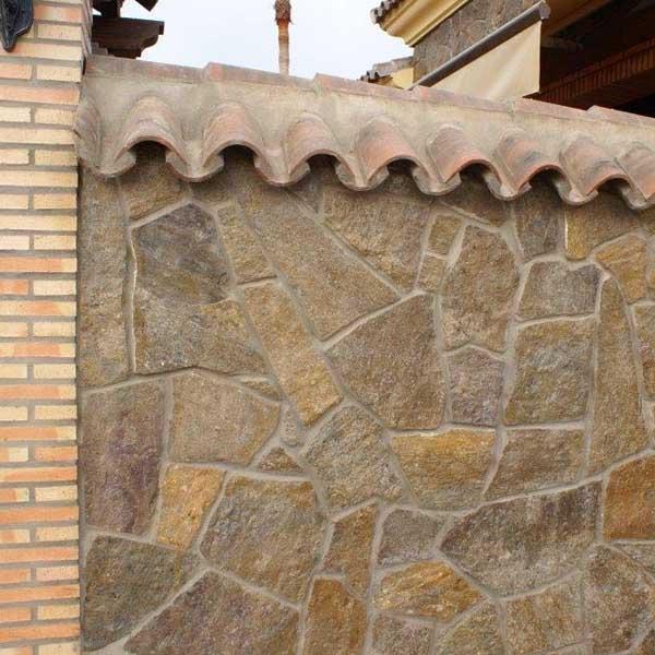 piedra laja marron brillante en pared exterior