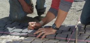 Como instalar adoquines de piedra portada